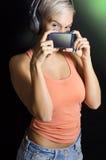 Leuk modern, cyber punkmeisje, muziek en voorzien van een netwerkconcept royalty-vrije stock foto