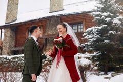 Leuk modieus paar op huwelijksdag De bruid en de bruidegom komen voor het eerst samen Eerste blik De winterhuwelijk bij de sneeuw stock foto's