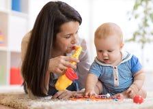 Leuk moeder en babyjongensspel samen binnen thuis royalty-vrije stock foto