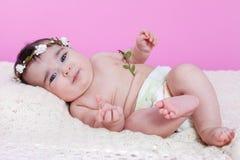 Leuk, mooi, gelukkig, mollig babymeisje, naakt of naakt met luier of nappy Stock Fotografie