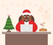 Leuk mooi karakter Afrikaanse Santa Claus, vakantieboom Verfraaide Vrolijke Kerstmis van het werkplaatsbureau en Gelukkige Nieuw Stock Fotografie