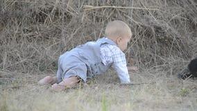 Leuk mooi lachend babymeisje op gras met wit stock videobeelden