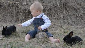 Leuk mooi lachend babymeisje op gras met wit stock footage
