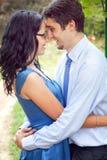 Leuk paar dat een romantisch vertrouwelijk ogenblik deelt Stock Fotografie