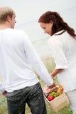 Leuk paar dat naar picknick gaat Stock Foto's