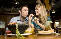 Leuk Paar dat Spaanders eet Royalty-vrije Stock Afbeeldingen