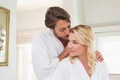 Leuk paar die in badjassen tijd samen doorbrengen stock foto