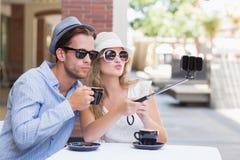 Leuk paar die een selfie met selfiestok nemen Stock Foto's