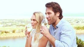 Leuk paar die en witte wijn drinken lachen stock videobeelden