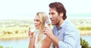 Leuk paar die en witte wijn drinken lachen stock footage