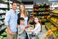 Leuk paar die kruidenierswinkel doen die samen winkelen royalty-vrije stock foto's