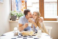 Leuk paar die ontbijt samen in de keuken hebben Royalty-vrije Stock Foto's