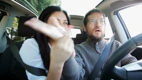 Leuk paar die pret hebben die in auto dansen stock footage