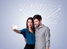 Leuk paar die selfie met pijlen nemen Stock Afbeelding