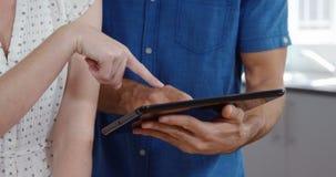 Leuk paar die tablet gebruiken terwijl het luisteren aan muziek stock video