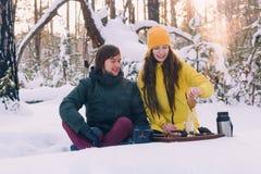 Leuk paar in liefde in de winter openlucht royalty-vrije stock foto's