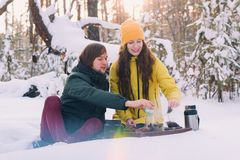 Leuk paar in liefde in de winter openlucht stock afbeelding