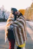 Leuk paar in liefde in de winter openlucht royalty-vrije stock fotografie
