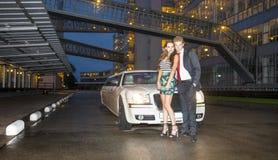 Leuk paar voor een limousine stock foto