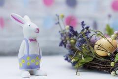 Leuk Pasen-konijntje en Feestelijke Decoratie Gelukkige Pasen Idee voor kaart Stock Foto