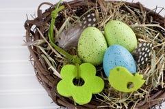Leuk Pasen-nest op wit hout Stock Fotografie
