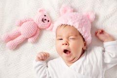 Leuk pasgeboren babymeisje die in het bed liggen royalty-vrije stock foto's
