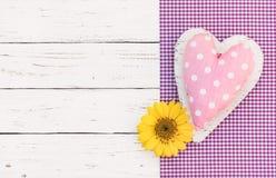 Leuk pastelkleur roze hart met bloembloesem voor de achtergrond van de het meisjesverjaardag van de babydouche royalty-vrije stock afbeeldingen