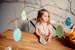 Leuk peutermeisje thuis met Pasen-decoratie Stock Fotografie
