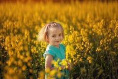 Leuk portret weinig kind op geel gebied in zonnige de zomerdag royalty-vrije stock afbeelding
