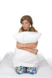Leuk pre-tienermeisje op het hoofdkussen van de matrasholding Stock Foto's
