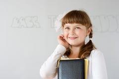 Leuk preteen dichtbij schoolmeisjeportret whiteboard Stock Foto's
