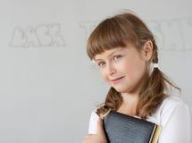 Leuk preteen dichtbij schoolmeisjeportret whiteboard Royalty-vrije Stock Foto