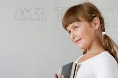 Leuk preteen dichtbij schoolmeisjeportret whiteboard Stock Foto