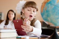 Leuk preteen schoolmeisje uitvoert samenstelling Stock Foto