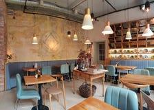 Leuk restaurant in Cluj stadsprovincie Zama met roustic gevoel en esthetisch decor stock afbeeldingen