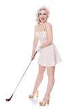 Leuk retro meisje in minikleding die rode golfzak over haar sho dragen Stock Fotografie