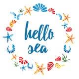 Leuk rond kader met hand getrokken kleurrijke overzeese shells en het Overzees van teksthello op wit stock illustratie