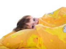 Leuk slaapmeisje op het bed Stock Afbeeldingen