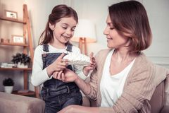 Leuk slim meisje die haar moeder om hulp vragen royalty-vrije stock foto