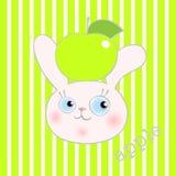 Leuk smileykonijn met groene appel Stock Fotografie