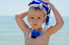 Leuk weinig jongen die uit snorkelen royalty-vrije stock fotografie