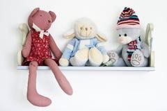Leuk speelgoed op plank Royalty-vrije Stock Foto's