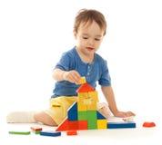 Leuk speelt weinig jongen met kleurrijke blokken Royalty-vrije Stock Afbeeldingen