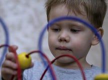 Leuk speelt weinig jongen met onderwijsspelen aannemers Stock Fotografie