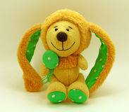 Leuk stuk speelgoed konijn Gele achtergrond Stock Foto's