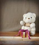 Leuk Teddy Bear met Doos van de Elegantie de Gouden Gift Royalty-vrije Stock Fotografie