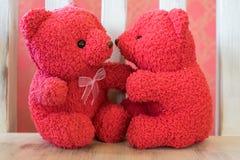Leuk teddy kleurenrood met stoel 1 Stock Afbeeldingen