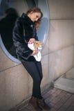 Leuk tienermeisje met grijs konijn op Pasen-vakantie Royalty-vrije Stock Afbeeldingen