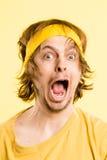 De grappige van de de mensen hoge definitie van het mensenportret echte gele achtergrond Stock Fotografie