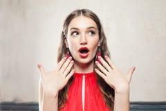 Leuk Verrast Model met Make-up, Golvend Haar stock afbeelding